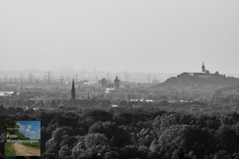 """Siegburg mit dem Klosterberg und ganz im Hintergrund der Kölner Chemiegürtel. Ich habe das Bild mal schwarz-weiß """"entfärbt"""" um den Kontrast hochregeln zu können - in bunt hätte man die Ausschnittsvergrößerung für moderne Kunst halten können ;-)"""